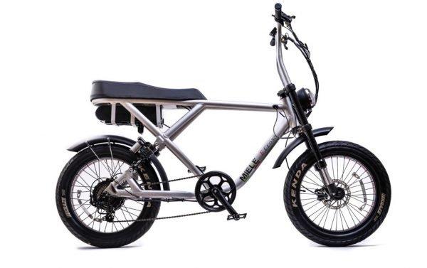 bici elettrica e cross grigio