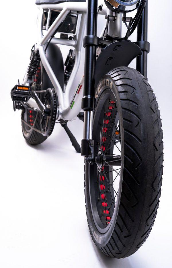 bici elettrica e cross ruote stradali